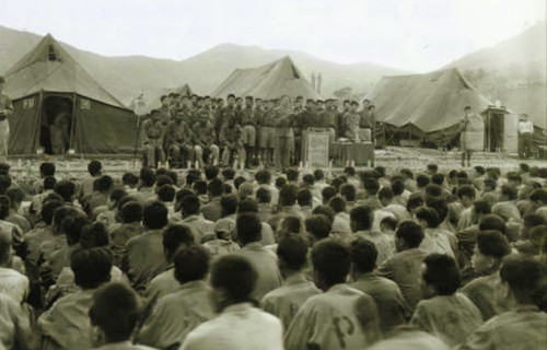 U.S. native Rev. Harol Voelkel (Korean name: Ok Ho-yeol) holds a worship service together with communist soldiers at the war prisoners camp in Geoje-do, February 1951.